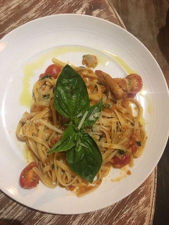 pasta met chili-tomatensaus en garnalen - picture of clear cafe