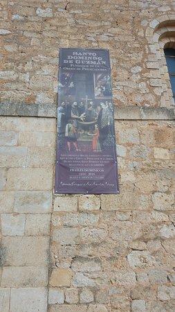 Caleruega, Spain: Cartel que nos recuerda que en esta iglesia fue bautizado el santo
