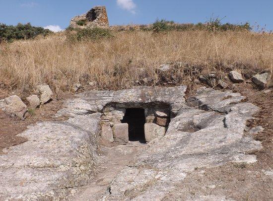 Macomer, Włochy: Una delle quattro domus de janas di Filigosa preceduta dal dromos