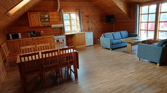 เลกเนส, นอร์เวย์: Grande pièce de vie à 'étage: cuisine, salon télé, coin repas.