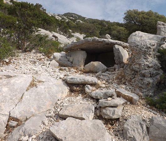 Dorgali, إيطاليا: Il dolmen di Monte Longu, uno dei pochi realizzati in bianco calcare   