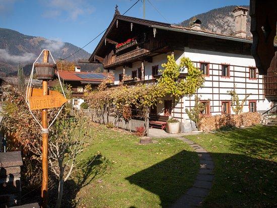 Kramsach, النمسا: Die Bieraterie im über 300 Jahre alten Bauernhaus