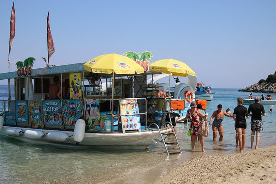 Zakynthos Town, Yunani: One of the pop and crisp boats on Marathonisi Beach