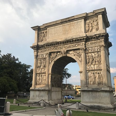 Arco di Traiano (114 d. C.): photo0.jpg