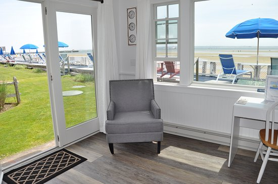Masthead Resort: Renovated Waterfront Room 31E