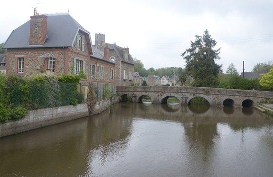 Lamballe, Frankrig: il fiume ed il ponte