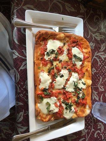 Ruddy Duck Tavern: Margarita Pizza - very tomatoy!