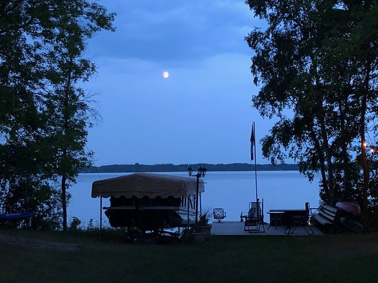 Wild Rose Bed and Breakfast: A beautiful evening view of the Winnipeg River from the lawn.