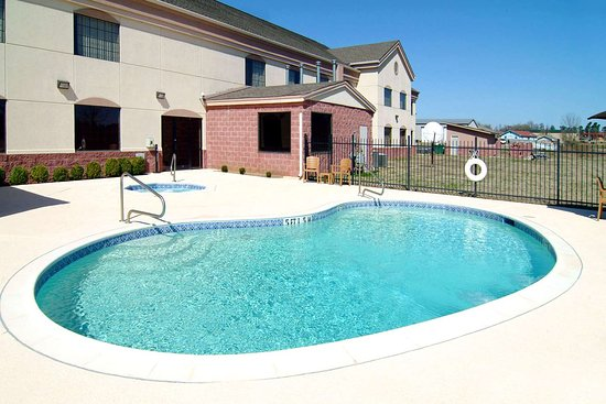 Idabel, OK: Outdoor pool with hot tub