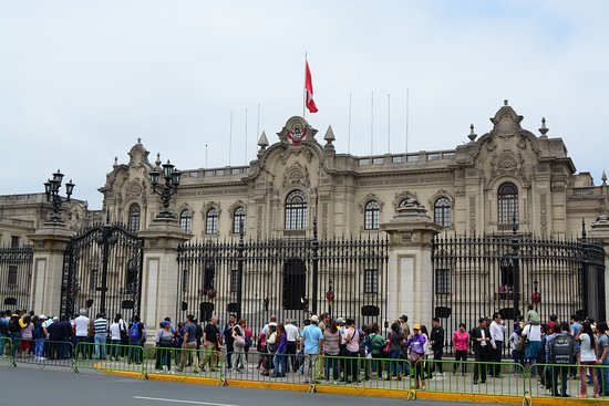 Presidential Palace (Palacio de Gobierno): The crowd waiting for action
