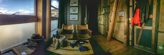 Basecamp Hotel: Living room in the suite