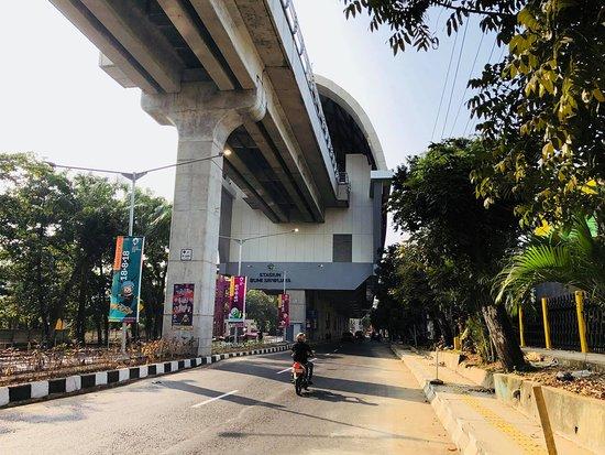 Hotel Aryaduta Palembang: Stasiun LRT Bumi Sriwijaya is about 10 mins walk to Aryaduta Hotel and cost IDR5,000.