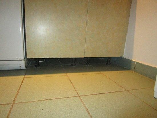 Zaton Holiday Resort: Küche mit dreckigem Boden ohne Fußleisten.