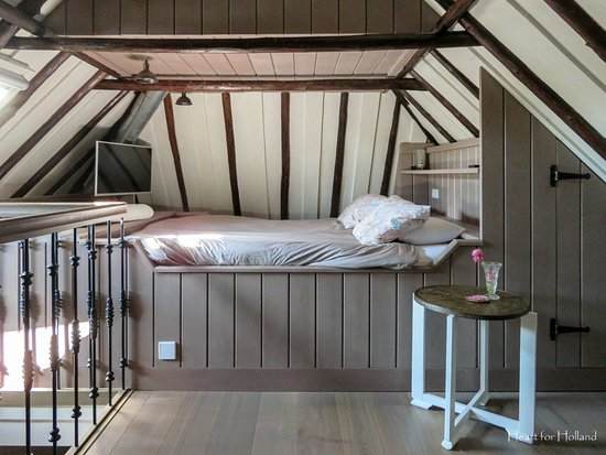 Sint Jansklooster, Ολλανδία: Double bed in the Swallow room.