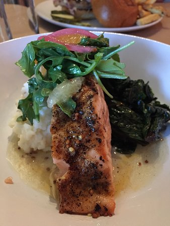 South Glens Falls, Estado de Nueva York: Salmon with grits and swiss chard, citrus, arugula and pickled red onion