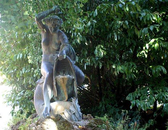 Statue de La Nymphe Tourmentant un Dauphin
