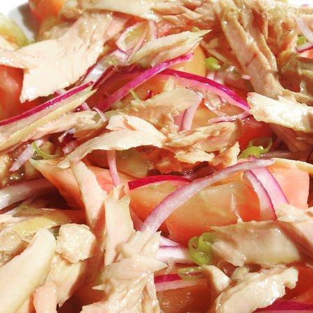 Moia, สเปน: ensalada de tomate, ventresca de atún, cebolla roja y piparra del @barbolet