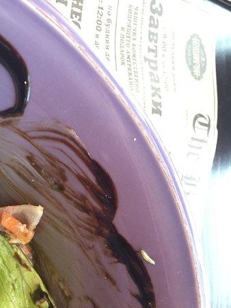 Червячок в салате, таракан на столе