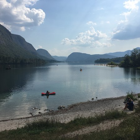 Ukanc, สโลวีเนีย: Fairy trail on the coast of Bohinj lake