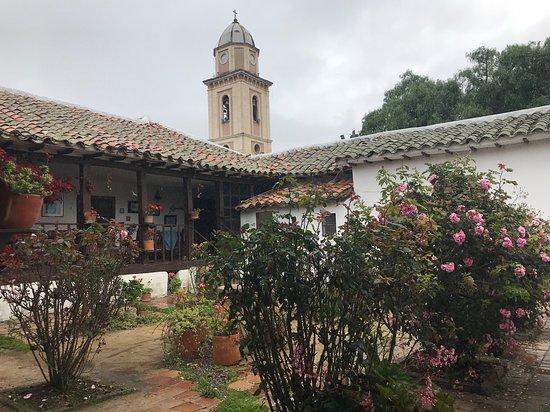 Iza, Colombia: En este jardín un buen vino y una charla  interesante hacen muy grata la vida