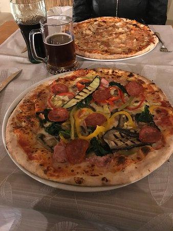 Mareno di Piave, إيطاليا: Pizza della casa (prosciutto,salamino,verdure grigliate) € 8,00