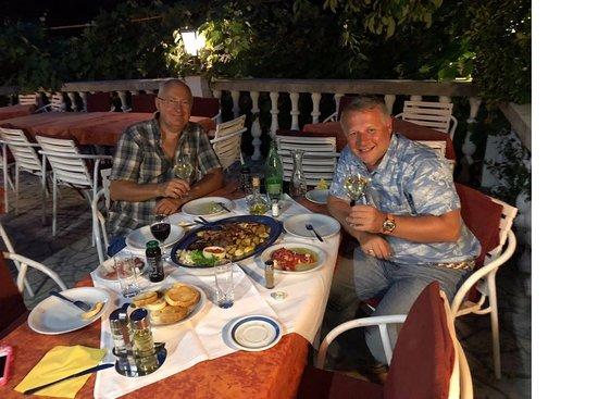 Tribalj, Kroatien: Dinner with friend. assorted meat plate.