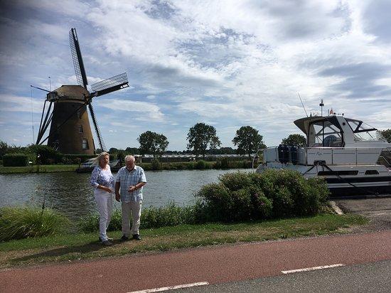 Hollande du Sud, Pays-Bas : Hollandse luchten aan de Ringvaart met de Googer Molen op de achter grond. Oude Wetering, Zuid H