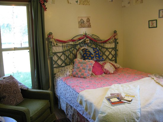 Dwight, IL: Nature Room:  Queen size bed, TV in closet, floral/bird theme.  Guests' favorite.