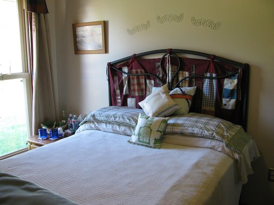 Dwight, IL: Tartan Room:  Full size bed, TV in closet.  My husband is part Scottish; hence, the plaid theme.