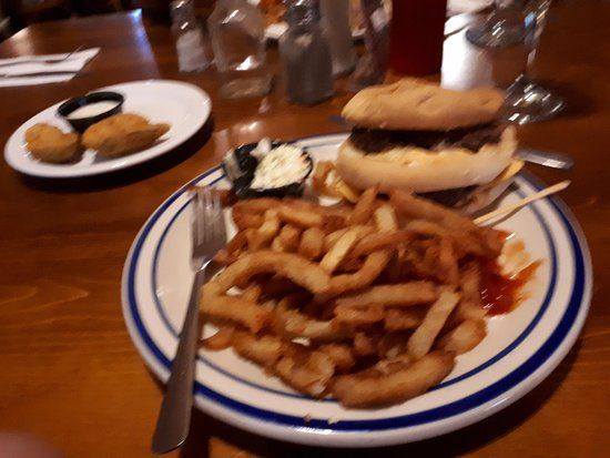 Mansfield-et-Pontefract, Kanada: double decker burger & fries with a side of jalapeno poppers