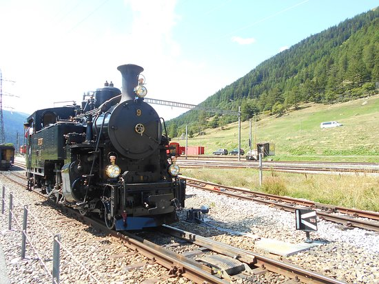 Realp, Switzerland: 折り返し作業中のSL