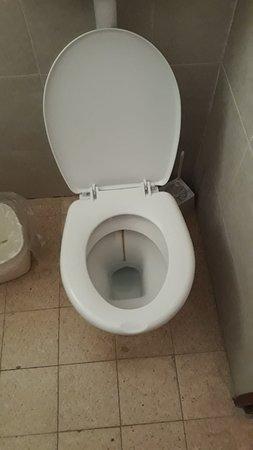 Nes Ammim, İsrail: אסלה דוחה, חדק מקלחת צפוף ולא נקי