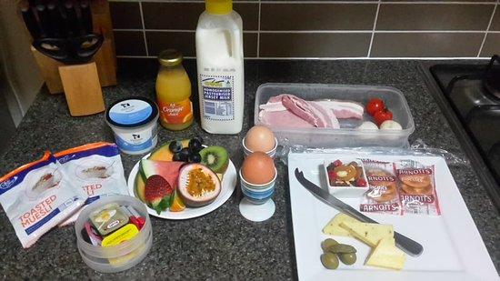 Yabbaloumba Retreat: Breakfast provided. Note; the platter had more cheese, crackers and two ferrero rochers.