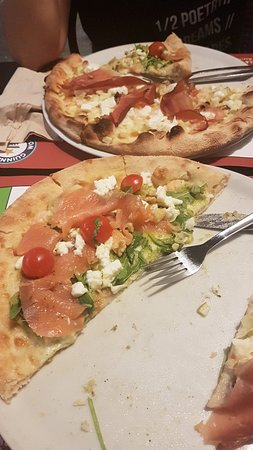 Buena pizza cerca del paseo marítimo