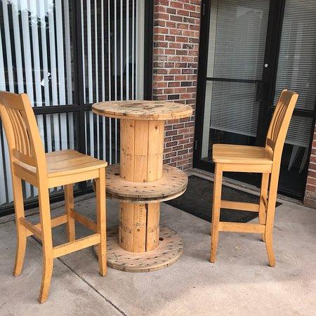 บลูมฟีลด์, คอนเน็กติกัต: Outdoor seating very poor balance not bolted down almost spilled out beer