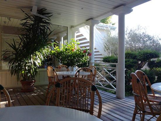 Les Chalets De Maramour: Salle coloniale pour le petit dejeuner en terrasse l ete.