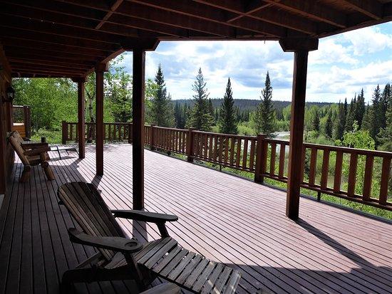 Big Creek, Canadá: The view and deck stepping outside your room