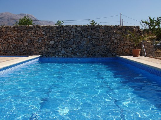 Cortes de la Frontera, Spania: Cool down with a dip in the pool!