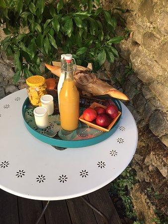 St Julien les Rosiers, France: Petit déjeûner en terrasse