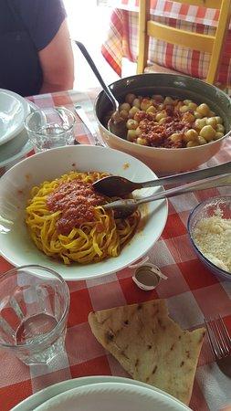 Rosora, Italien: gnocchi al sugo di anatra e tagliatelle al cinghiale