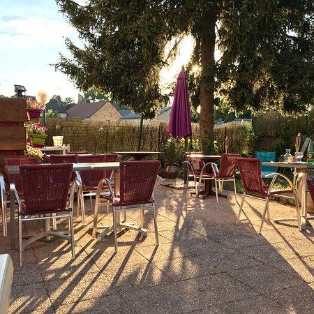 Moulins-Engilbert, Γαλλία: Délicieux repas en terrasse