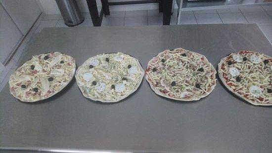 Etaules, França: pizzas avant cuisson....