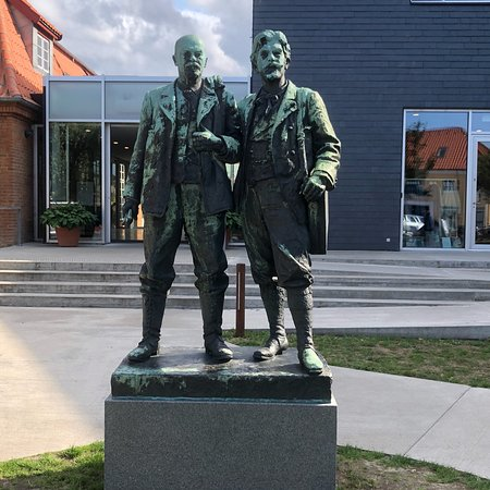 ‪Michael Ancher and P. S. Krøyer statue‬