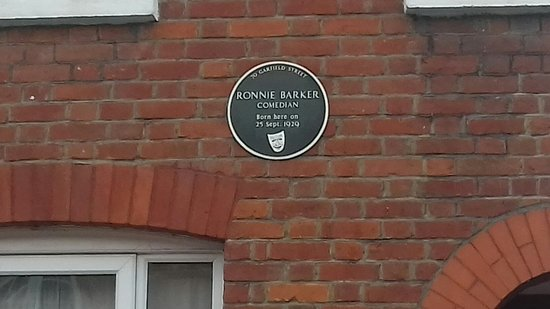 Bedford, UK: The plaque on the front of Ronnie barkers childhood house.