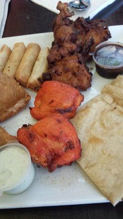 Dianella, Australie: Platter - Onion, chicken, spring rolls and roti bread