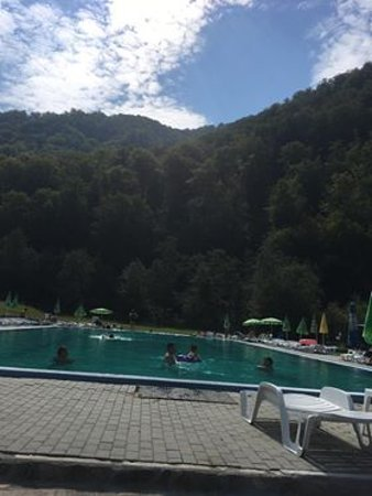 Cugir, Romênia: The pool requires an extra tax (in August 2018 we payed aprox. 6 euros/grown-up and 2/child)