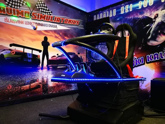 Kaunas, Litwa: Virtual reality racing and roller coaster simulator.