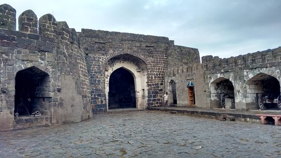 Daulatabad, Indien: Courtyard with cannons