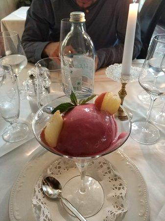 Gralla, ออสเตรีย: Dessert: Sorbet vom Weinbergpfirsich