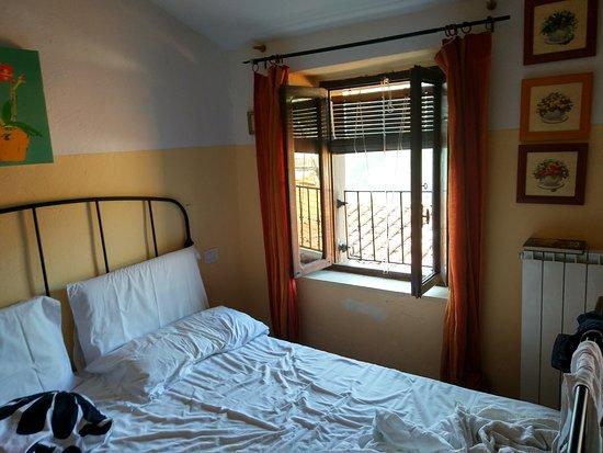 Boveglio, Italie: direttamente dal tuo letto hai una vista sul verde della montagna difronte... aria fresca sempre